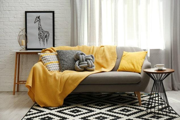 Comment mettre un plaid sur le canapé ?